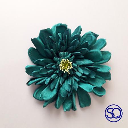 broche daisy seda salvaje verde. Tocados y complementos Sagrario Quilez