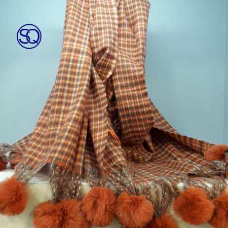 bufanda cuadros mostaza con pompones sagrario quilez tocados y complementos