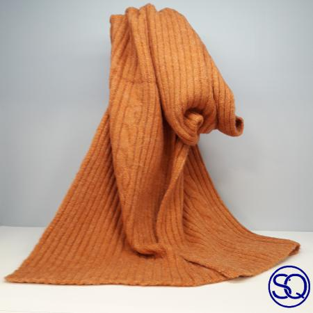 bufanda gris ocho central . Sagrario Quilez tocados y complementos
