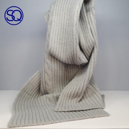bufanda gris ocho central. Sagrario Quilez tocados y complementos.
