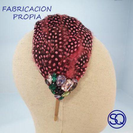 casquete de plumas y pedrería. Tocados y complementos Sagrario Quilez (1)