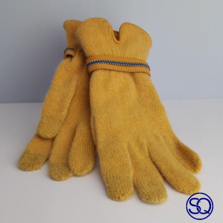 guantes lana mostaza con pulsera. Tocados y complementos Sagrario Quilez