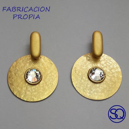 pendiente disco martillado oro y blanco. Tocados y complementos Sagrario Quilez