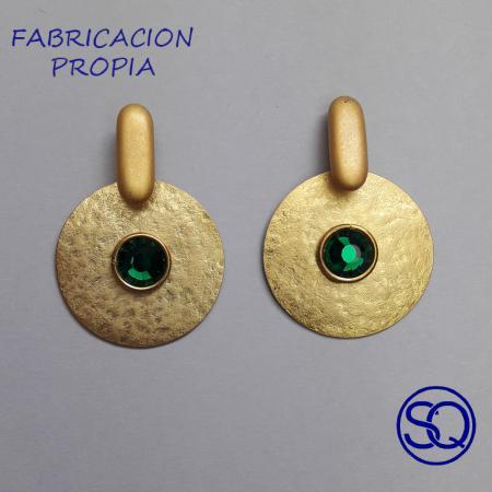 pendiente disco martillado oro y verde. Tocados y complementos Sagrario Quilez