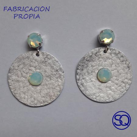 pendiente disco martillado plata y blanco. Tocados y complementos Sagrario Quilez (2)