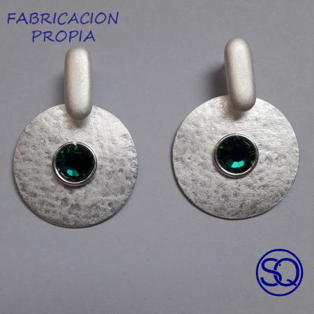 pendiente disco martillado plata y verde. Tocados y complementos Sagrario Quilez