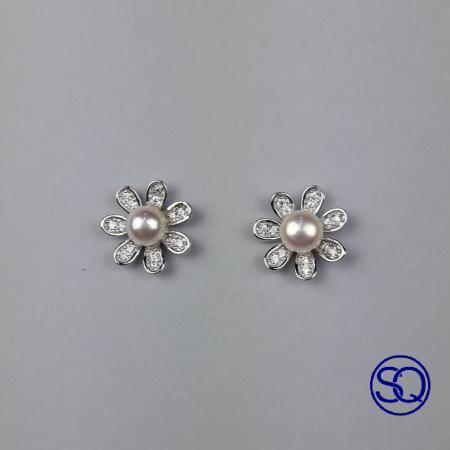 pendiente flor perla y circonitas. Tocados y complementos Sagrario Quilez (2)