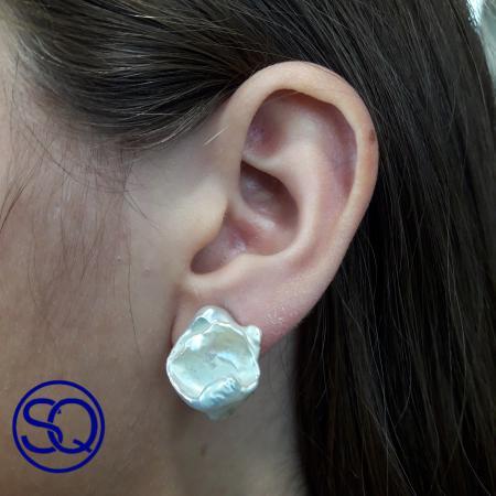 pendientes omega perla shell. Tocados y complementos Sagrario Quilez (1)