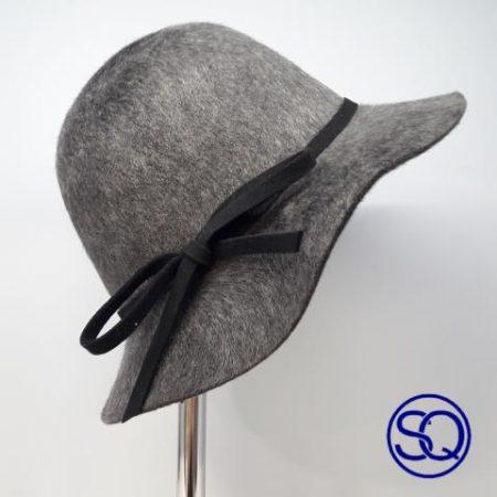 sombrero ala ancha gris. Tocados y complementos Sagrario Quilez