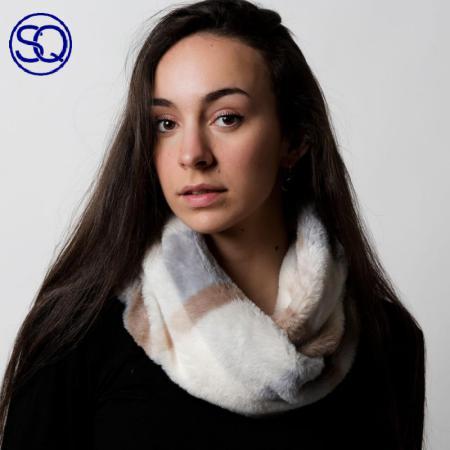 cuello pelo sintético cuadros. Tocados y complementos Sagrario Quilez (1)