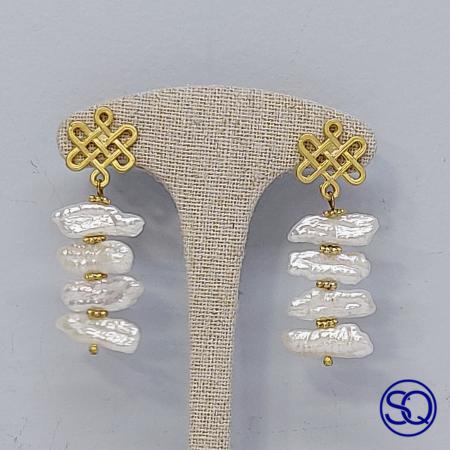 Pendientes oro mate y perlas barrocas. Tocados y complementos Sagrario Quilez