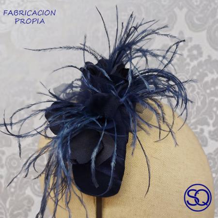 diadema ancha plumas azul. Tocados y complementos Sagrario Quilez (1)