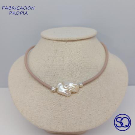gargantilla de silicona y perla barroca. Tocados y complementos Sagrario Quilez (2)