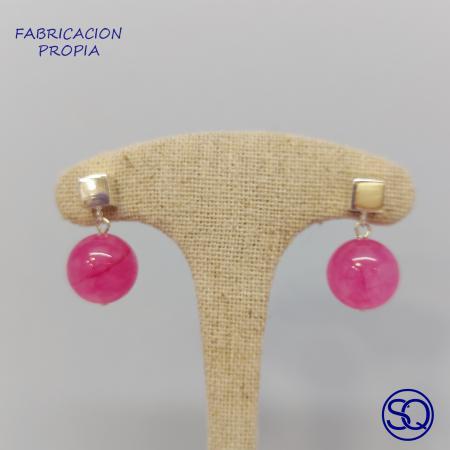 pendiente cubo de plata y bola en piedra. Tocados y complementos Sagrario Quilez (2)