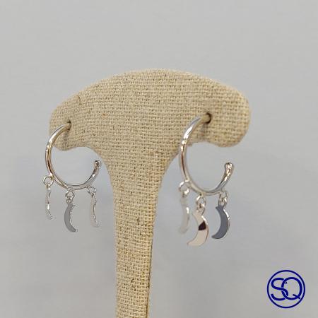 pendientes de aro de plata con lunas colgantes. Tocados y complementos Sagrario Quilez