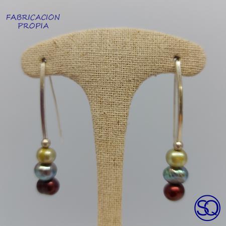 pendientes de barra de plata y perlas multicolor. Tocados y complementos Sagrario Quilez