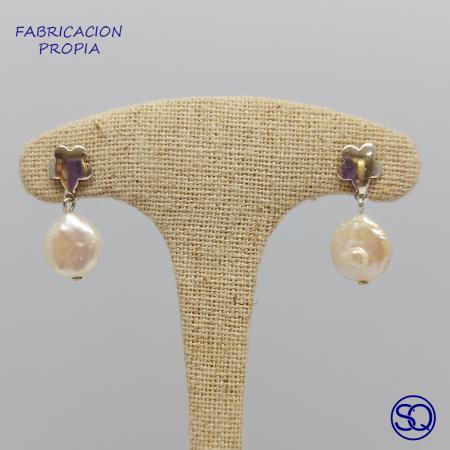 pendientes de flor con perla plana. Tocados y complementos Sagrario Quilez
