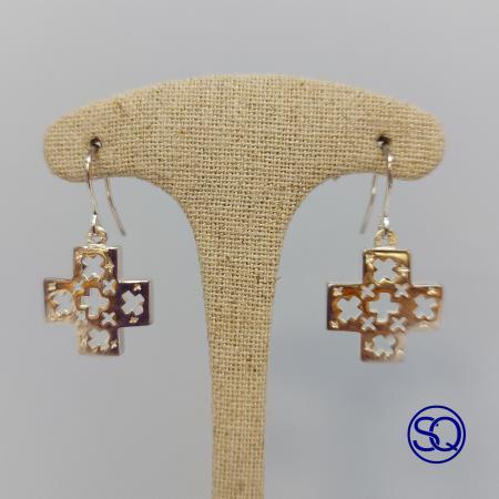 pendientes de plata de cruz con filigrana. Tocados y complementos Sagrario Quilez