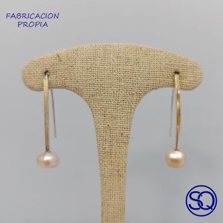 pendientes plata barra y perla de colores. Tocados y complementos Sagrario Quilez