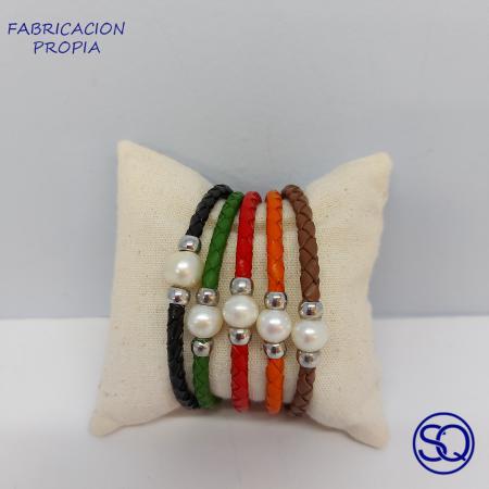 pulsera abierta cuero y perla cultivada. Tocados y complementos Sagrario Quilez (2)
