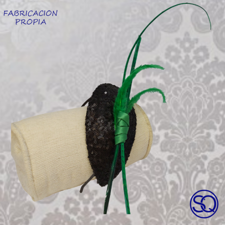 tocado lágrima negro y pluma verde. Tocados y complementos Sagrario Quilez (2)