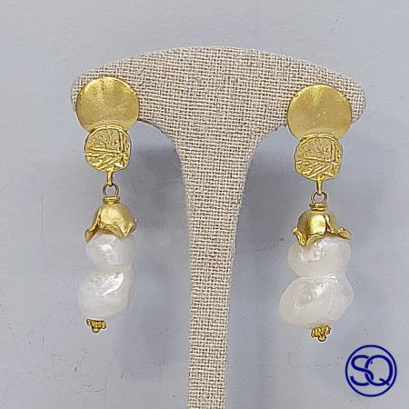 Pendientes oro mate y perlas. Tocados y complementos Sagrario Quilez